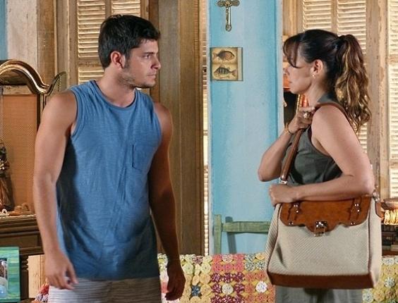 """Em """"Flor do Caribe"""",  Juliano briga com Natália por causa de Reinaldo e a acusa de ser covarde"""