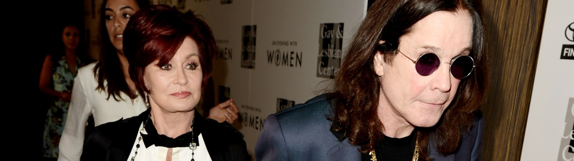 18.mai.2013 - Sharon e Ozzy Osbourne desfilam de mãos dadas em evento beneficente em Beverly Hills