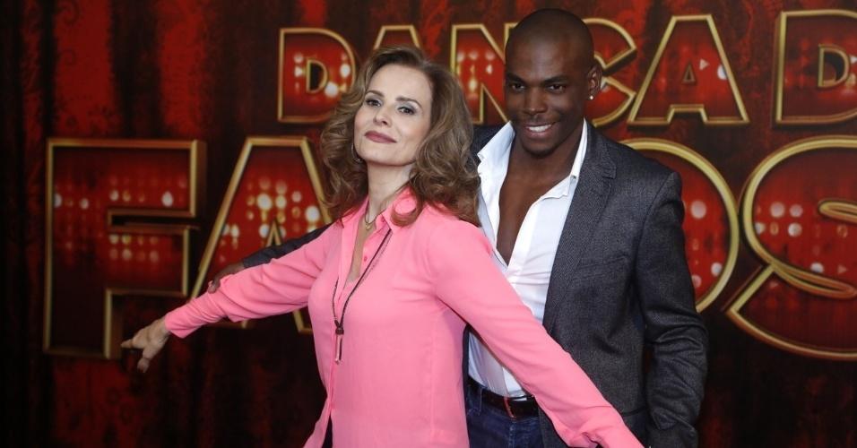 """19.mai.2013 - A atriz Bia Seidl posa ao lado do professor da """"Dança dos Famosos"""""""