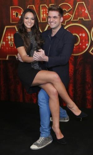 """19.mai.2013 - A atriz Bruna Marquezine faz pose com seu professor da """"Dança dos Famosos"""""""