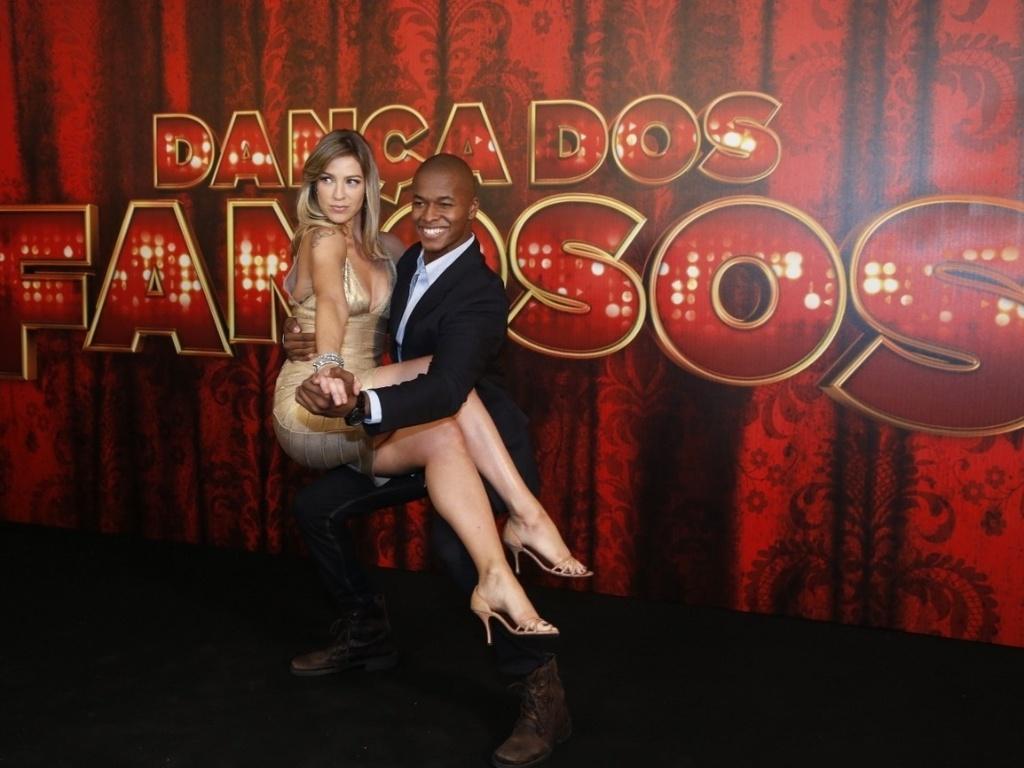 19.mai.2013 - A atriz Luana Piovani mostra seus dotes ao lado do professor da