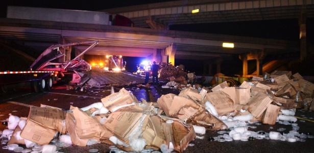 Caminhão tomba e carga é despejada em rodovia próxima à cidade de Shawnee, em Oklahoma, após passagem de tornado na região neste domingo (19)