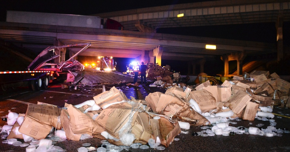 19.mai.2013 - Caminhão tomba e carga é despejada em rodovia próxima à cidade de Shawnee, em Oklahoma, após passagem de tornado na região neste domingo (19)