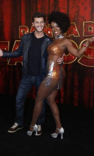 """19.mai.2013 - O ator Klebber Toledo faz pose com sua professora da """"Dança dos Famosos"""""""