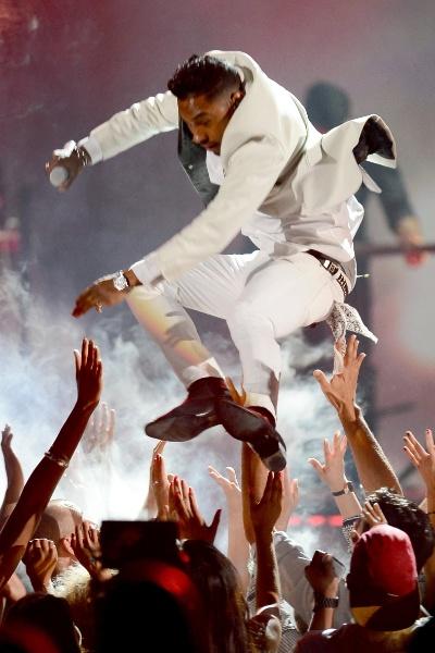 """19.mai.2013 - O cantor Miguel pula sobre fãs na apresentação de """"Adorn"""" e acaba """"aterrissando"""" na cabeça de uma mulher que estava na plateia"""