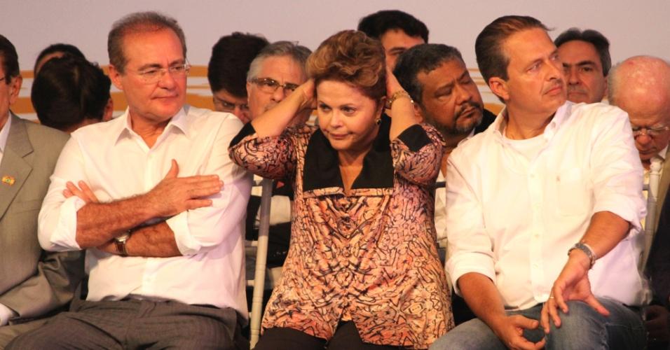 20.mai.2013 - A presidente Dilma Rousseff participa de lançamento do navio petroleiro Zumbi dos Palmares, entregue à Transpetro em um ano e seis meses, no Complexo Industrial Portuário de Suape, em Ipojuca (região metropolitana do Recife). Com ela estão o presidente do Senado, Renan Calheiros e o governador de Pernambuco, Eduardo Campos