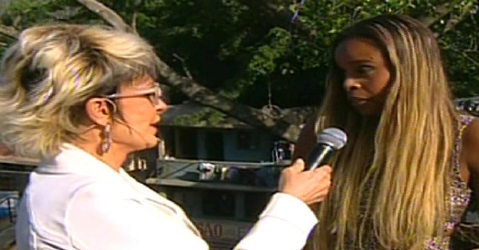 """20.mai.2013 - Ana Maria Braga entrevista Roberta Rodrigues no cenário que imitava o Morro do Alemão em """"Salve Jorge"""""""