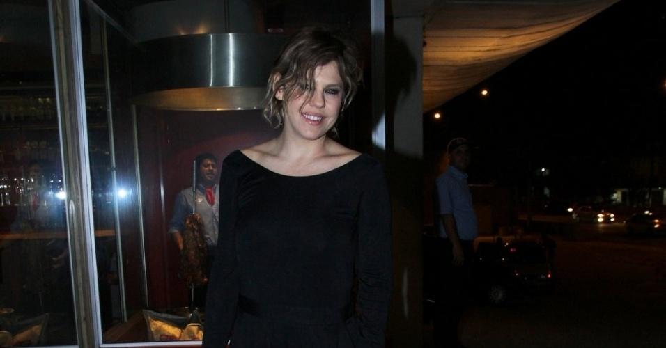 """20.mai.2013 - Bárbara Paz assiste ao primeiro capítulo de """"Amor à Vida"""" em uma churrascaria no Rio"""