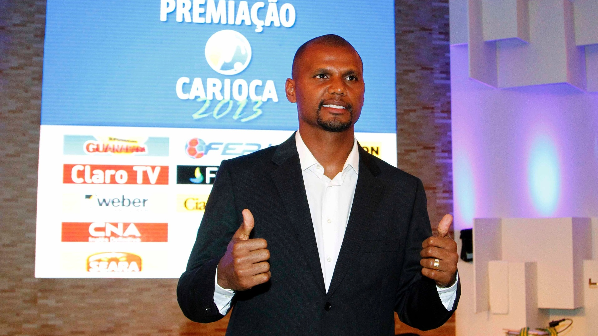 20.mai.2013 - Campeo carioca pelo Botafogo, o goleiro Jefferson chega  festa de premiao do torneio e acena para os fotgrafos