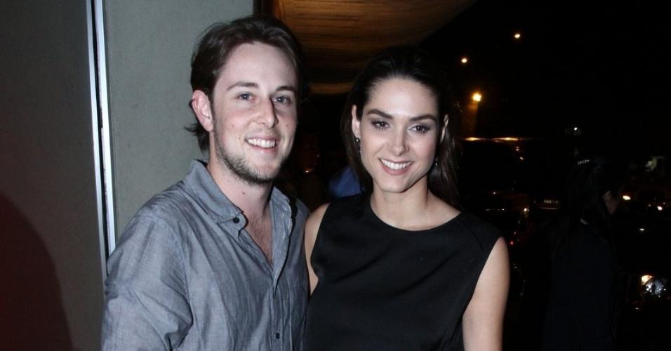 """20.mai.2013 - Fernanda Machado e o noivo Robert Riskin assistem ao primeiro capítulo de """"Amor à Vida"""" em uma churrascaria no Rio"""