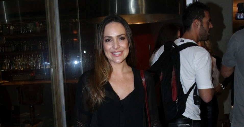 """20.mai.2013 - Gabriela Duarte assiste ao primeiro capítulo de """"Amor à Vida"""" em uma churrascaria no Rio"""