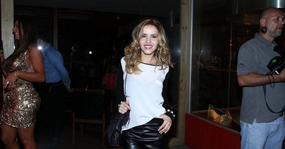 """20.mai.2013 - Leona Cavalli assiste ao primeiro capítulo de """"Amor à Vida"""" em uma churrascaria no Rio"""