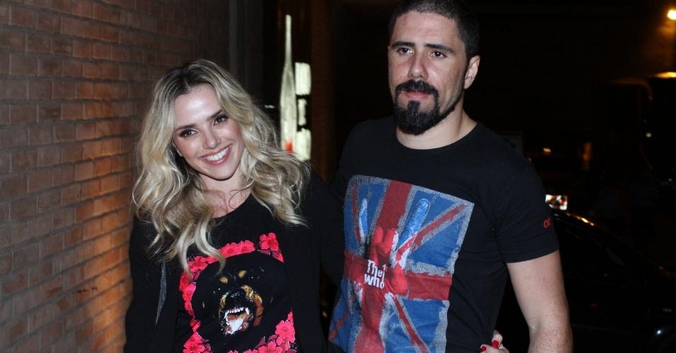 """20.mai.2013 - Nathália Rodrigues leva o namorado, Tchelo, na reunião do elenco de """"Amor à Vida"""""""