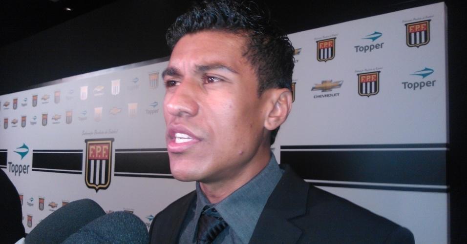 20.mai.2013 - Paulinho, do Corinthians, concede entrevista na festa de premiação do Campeonato Paulista.