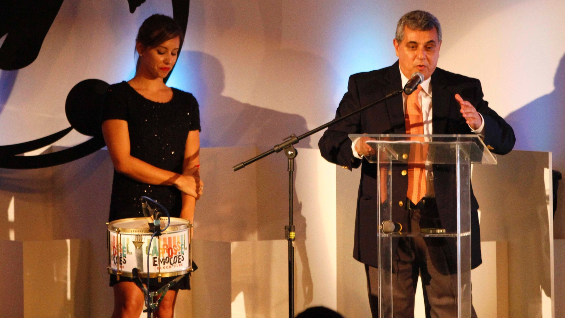 20.mai.2013 - Presidente da Federao Carioca de Futebol, Rubens Lopes discursa na festa de premiao do campeonato ao lado da apresentadora da TV Globo Cristiane Dias