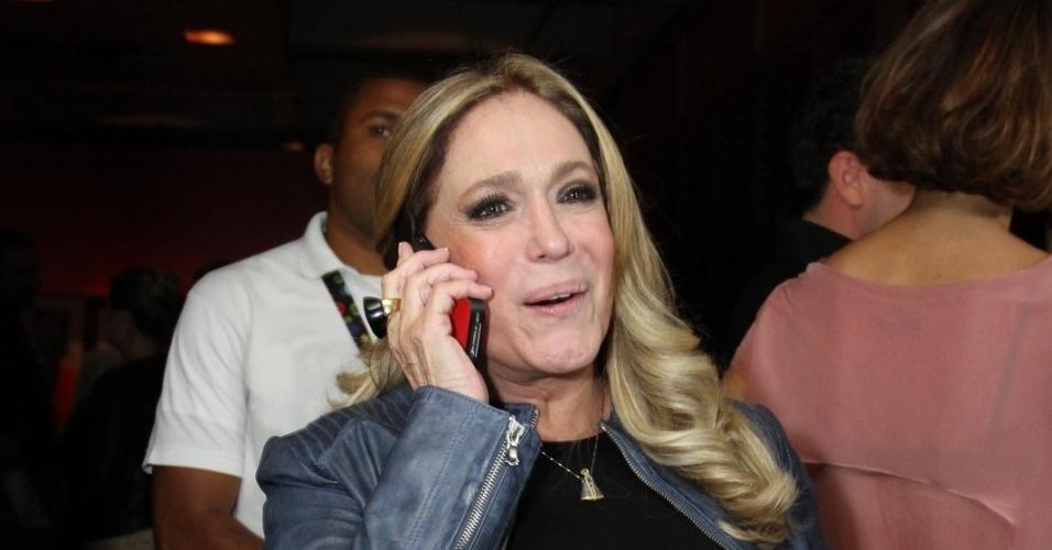 """20.mai.2013 - Susana Vieira estava feliz em encontrar os companheiros do elenco de """"Amor à Vida"""""""