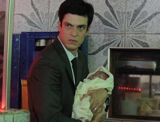 "Em ""Amor à Vida"", Félix pega a bebê de Paloma e a abandona no lixo"