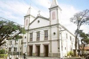 A Igreja do Rosário de Taubaté; em toda a região, os fiéis não devem se cumprimentar, nem orar de mãos dadas, para evitar a transmissão da gripe