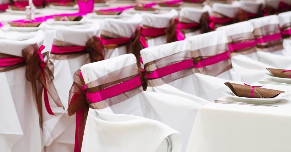 Imagem para matéria do Casamentoclick sobre decoração de cadeira para o casamento