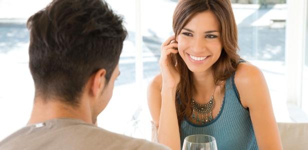 Os olhares, as conversas e a posição do corpo dão pistas para saber se o outro está interessado