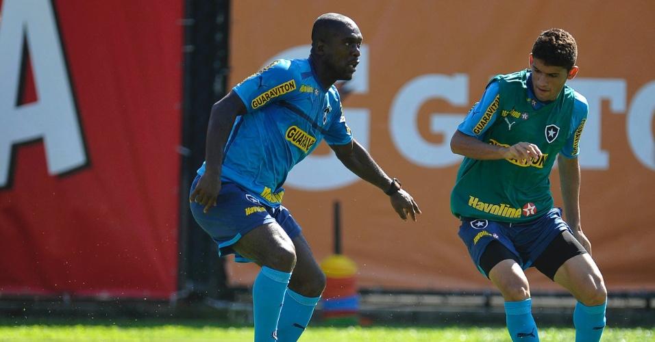 Seedorf domina bola durante treinamento do Botafogo em General Severiano