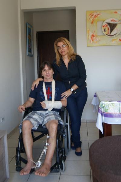 20.mai.2013 - Gilmar Gomes, 47, e sua mulher, Núbia, na casa deles, em Piracicaba. Ele saltou do 2º andar de um prédio para evitar que sua mulher fosse assaltada