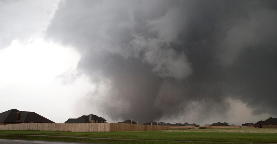 20.mai.2013 - Grande tornado se aproxima da cidade de Moore, no Estado de Oklahoma (EUA), perto de Oklahoma City. A passagem do tornado causou a morte de ao menos cinco pessoas em Moore, com os ventos de até 320 km/h destruindo casas, duas escolas e um hospital
