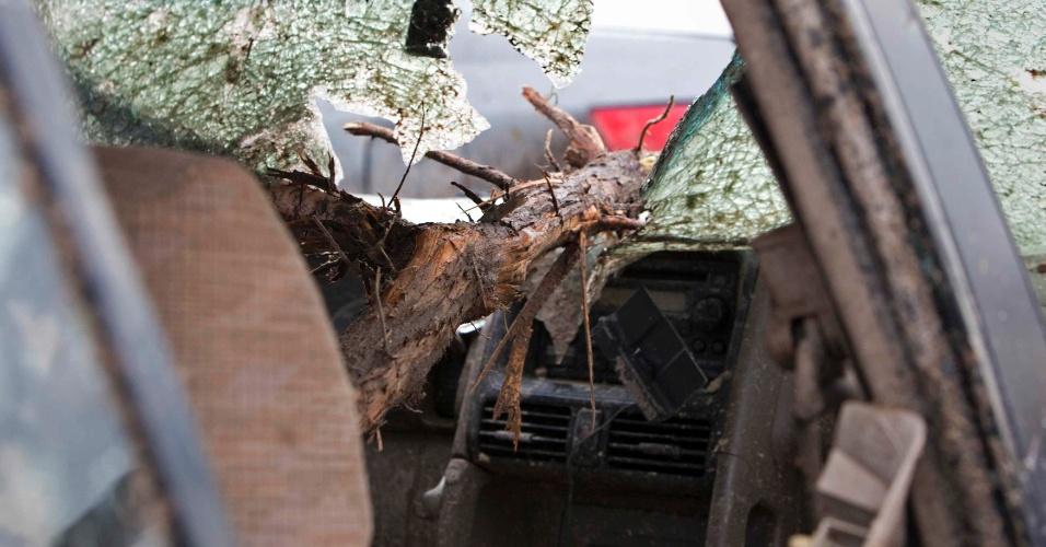 20.mai.2013 - Tronco de árvore atravessa parabrisa de carro estacionado na cidade de Moore, no Estado de Oklahoma (EUA), perto de Oklahoma City. A passagem do tornado causou a morte de ao menos cinco pessoas em Moore, com os ventos de até 320 km/h destruindo casas, duas escolas e um hospital