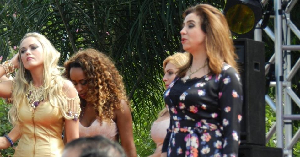 """21.mai.2013 - As atrizes Marisa Orth, Ellen Rocche e a modelo Vânia Love gravam cenas da novela """"Sangue Bom"""" no bairro do Recreio"""
