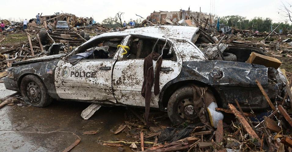 21.mai.2013 - Carro de polícia ficou totalmente destruído na cidade de Moore, em Oklahoma, depois que um tornado atingiu a região no domingo (19), causando destruição e pelo menos 91 mortos