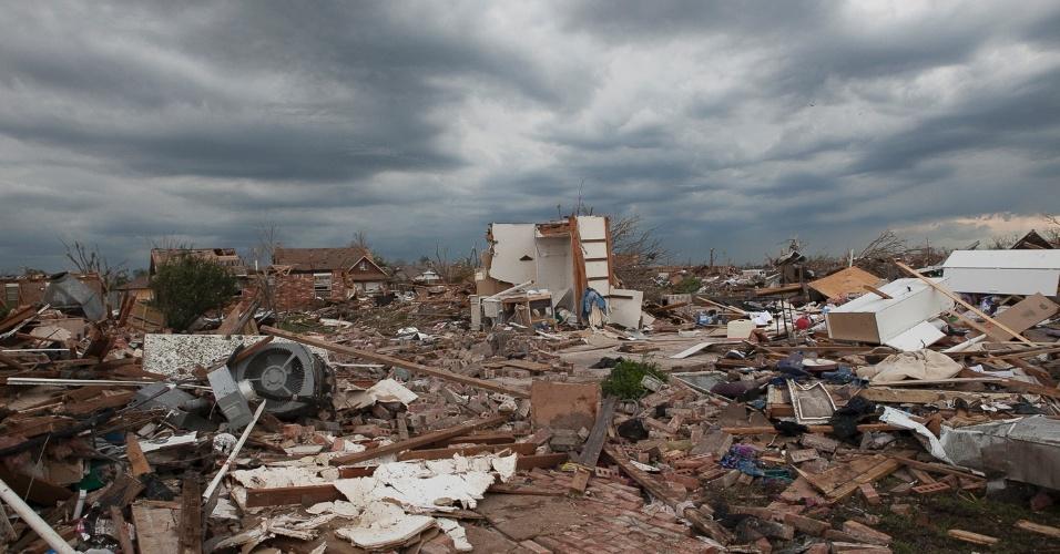 21.mai.2013 - Casas em Moore, nos Estados Unidos, viram poeira após a passagem de um tornado que devastou a região. O desastre natural deixou dezenas de mortos