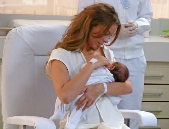 """21.mai.2013 - Em """"Amor à Vida"""", Paloma amamenta Paulinha sem saber que ela é sua filha"""