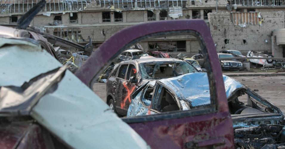 21.mai.2013 - Estacionamento do Moore Medical Center, em Moore (EUA), se transforma em ferro velho após a passagem do tornado que devastou a região. O desastre natural deixou dezenas de mortos