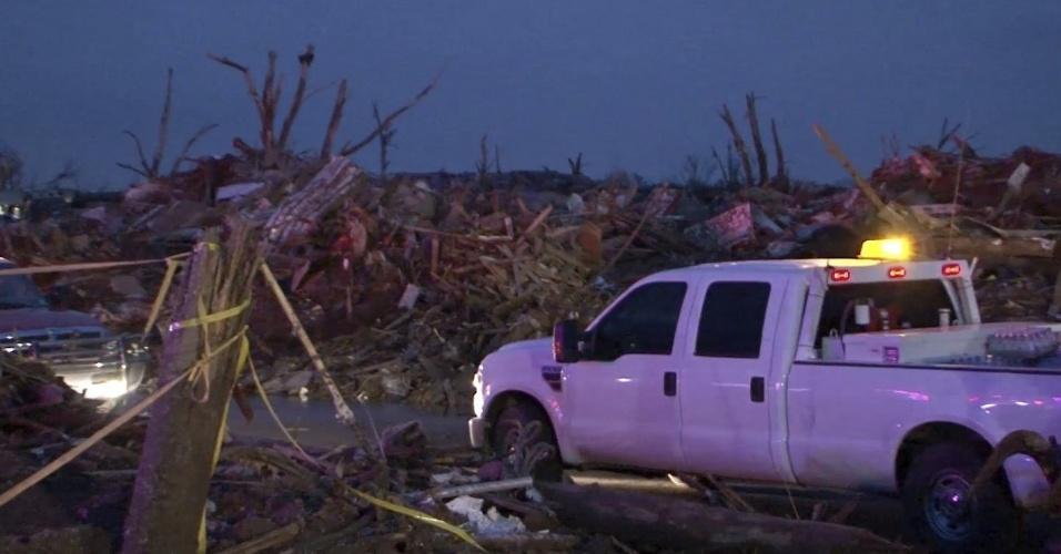 21.mai.2013 - Fotografia divulgada pela Guarda Nacional de Oklahoma mostra destroços e carro destruído pela passagem de um tornado que arrasou o bairro de Moore, em Oklahoma City. Ao menos 91 pessoas, 20 delas crianças, morreram em consequência da passagem de tornados pelo centro-sul dos Estados Unidos no domingo (19)