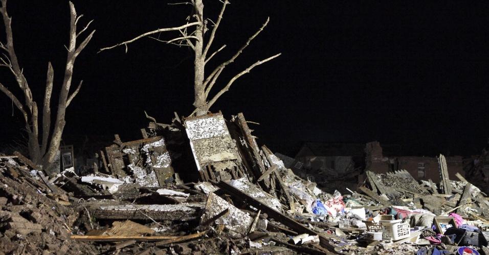 21.mai.2013 - Fotografia divulgada pela Guarda Nacional de Oklahoma mostra destroços provocados pela passagem de um tornado que arrasou o bairro de Moore, em Oklahoma City. Ao menos 91 pessoas, 20 delas crianças, morreram em consequência da passagem de tornados pelo centro-sul dos Estados Unidos no domingo (19)