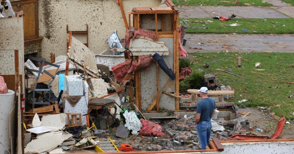 21.mai.2013 - Homem observa casa parcialmente destruída em Oklahoma City, nos Estados Unidos, após a passagem de um tornado que devastou a região. O desastre naturou deixou dezenas de mortos