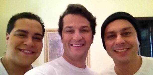21.mai.2013 - Marcelo Serrado postou imagem com Thiago Abravanel e Alexandre Nero nos bastidores das gravações de