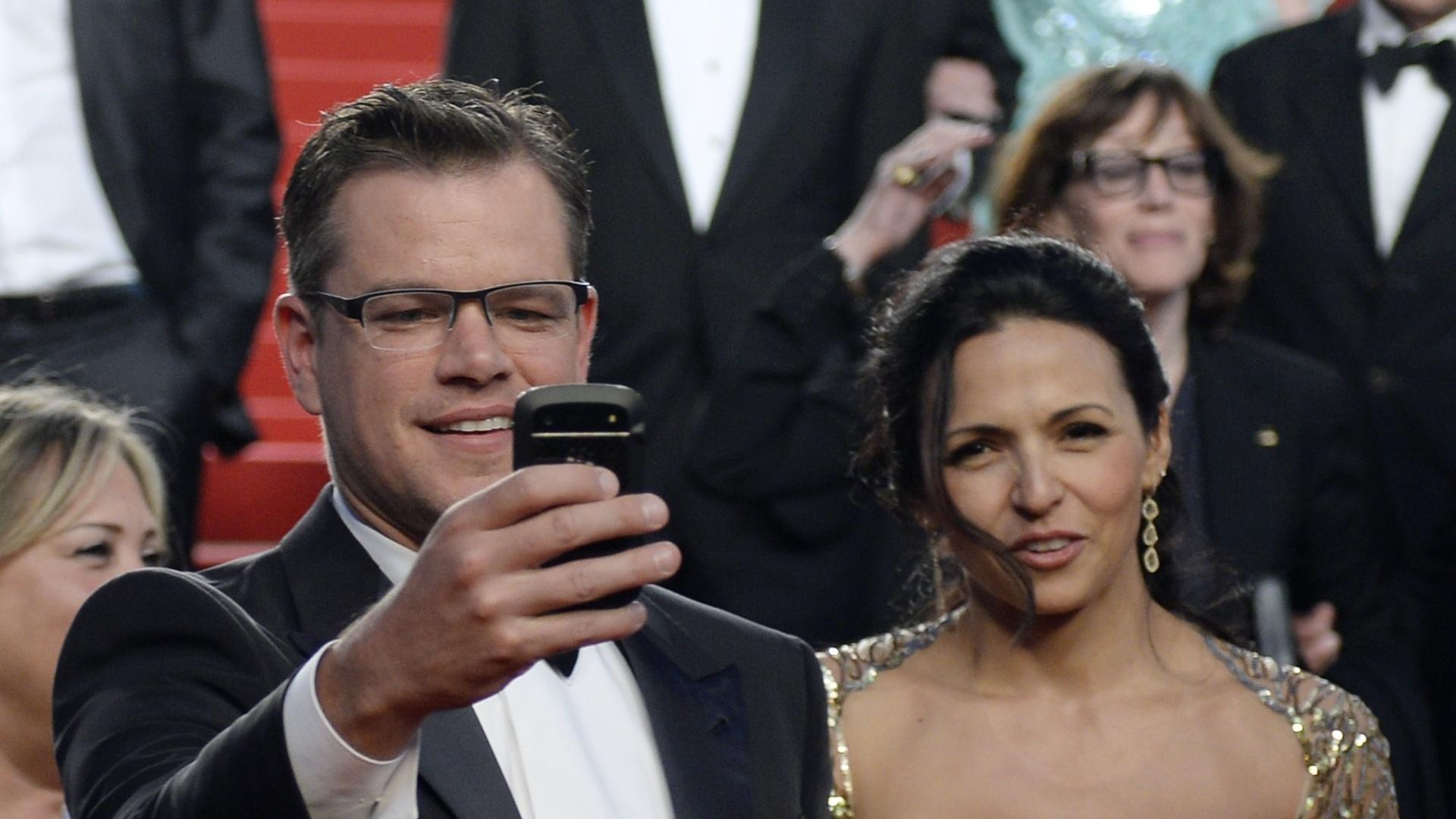 21.mai.2013 - O ator Americano Matt Damon e sua mulher, Luciana Barroso, após a sessão de