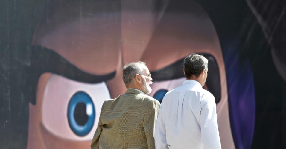 21.mai.2013 - Os militares Sebastião Aquino (à esquerda) e Paulo Chagas (à direita) deixam o CCBB (Centro Cultural Banco do Brasil), em Brasília, após divulgação do balanço do primeiro aniversário da Comissão da Verdade, criada pelo governo para investigar as violações aos direitos humanos durante a ditadura militar (1964-1985)
