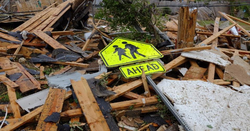 21.mai.2013 - Placa de trânsito que sinaliza a presença de crianças é vista em meio aos escombros provocados pela passagem de um tornado em Oklahoma City, nos Estados Unidos