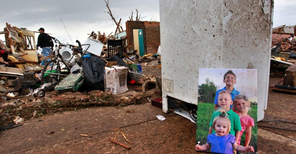 21.mai.2013 - Porta-retrato familiar é encontrado entre os escombros de uma casa em Moore (EUA), após a passagem de um tornado que devastou a cidade norte-americana. O desastre natural deixou dezenas de mortos