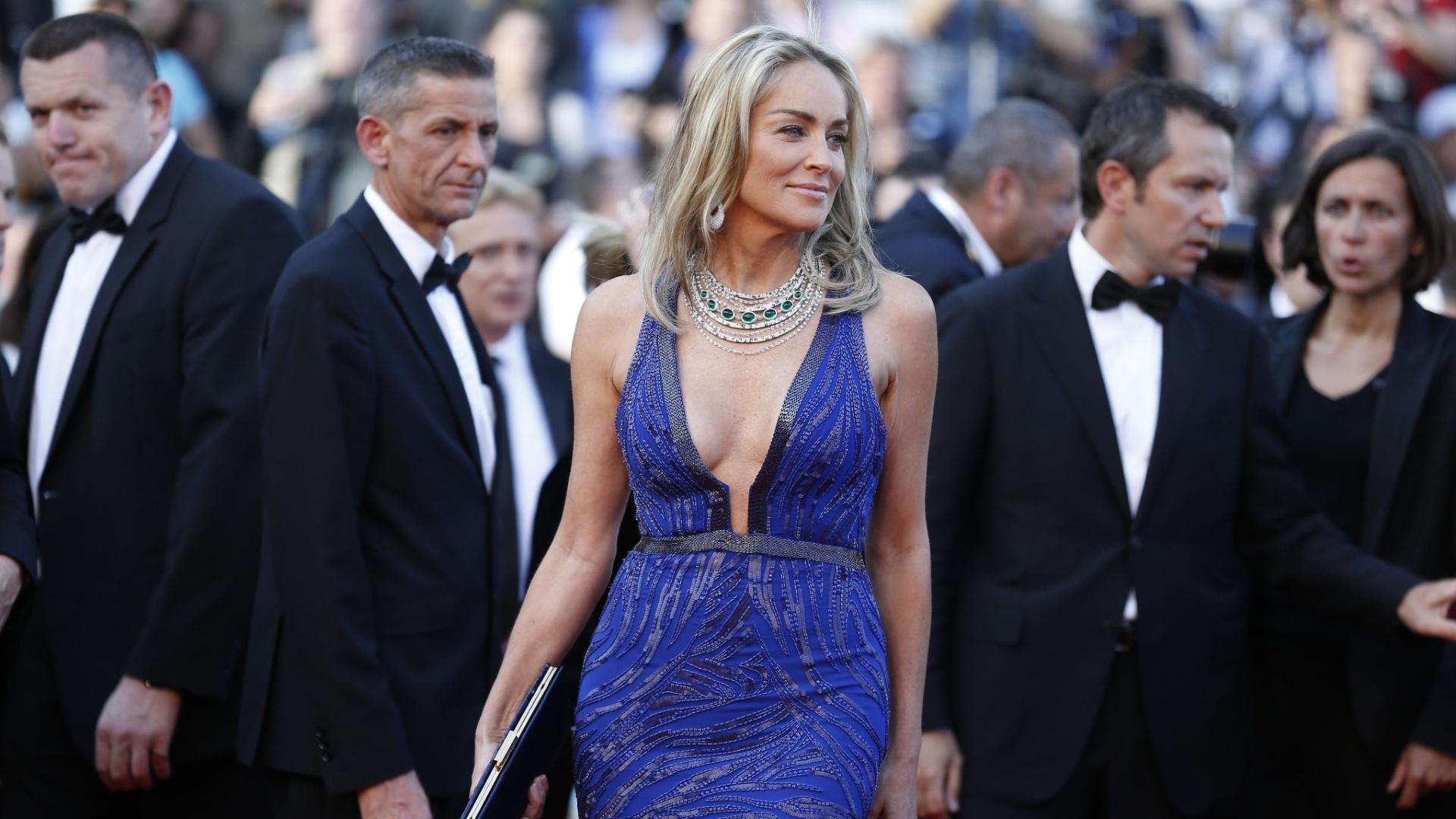 21.mai.2013 - Sharon Stone desfila vestido decotado na chegada à exibição de
