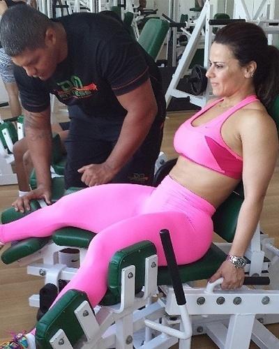 21.mai.2013 - Viviane Araújo faz exercícios na cadeira abdutora para trabalhar a coxa e os glúteos