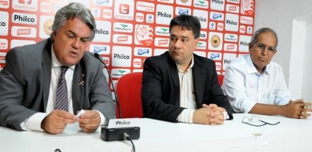 André Campos e Paulo Wanderley concedem entrevista na sala de imprensa do Náutico