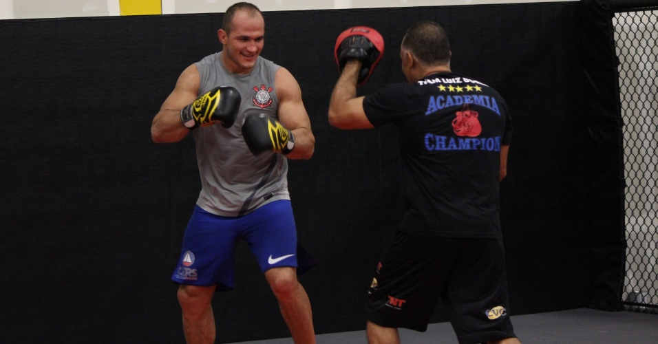Cigano faz movimentação de boxe com seu técnico e mentor Luiz Dórea