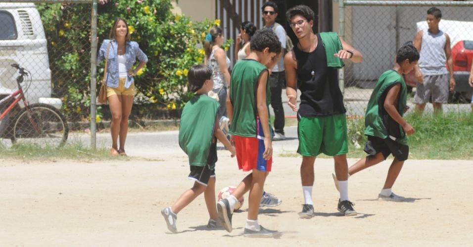 """Em """"Dona Xepa"""", o personagem de Arthur Aguiar treina um grupo de crianças carentes"""