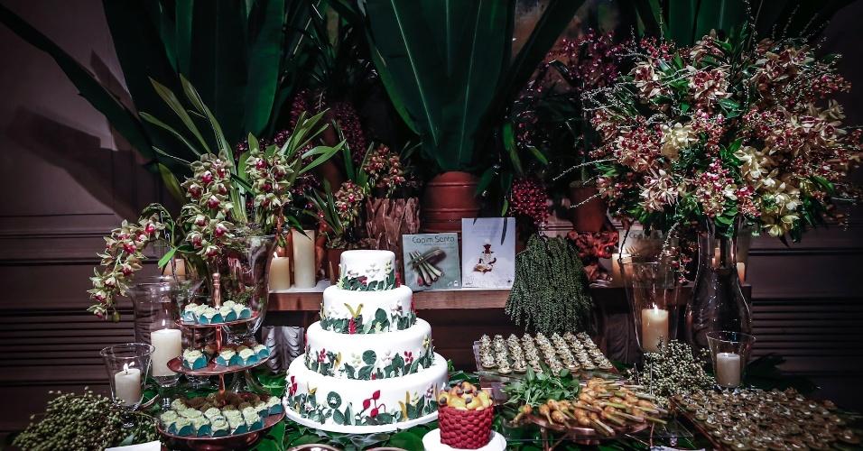21.mai.2013 - Degustar 2013: mesa tropical do restaurante e bufê Capim Santo e da doceira Otavia Sommavilla com decoração de Rosa Cravo