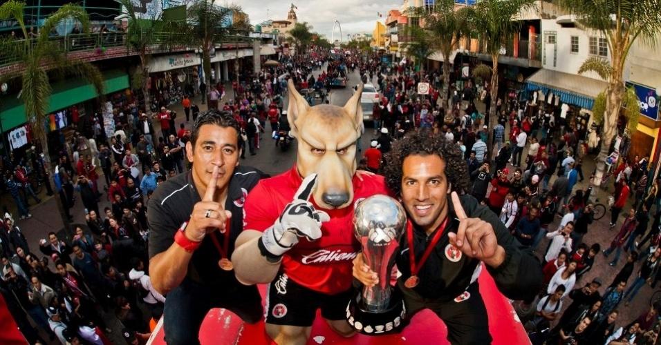 22/05/2013 - Mascote do Tijuana, que se refere à um cachorro mitológico, acompanha o time até nas comemorações