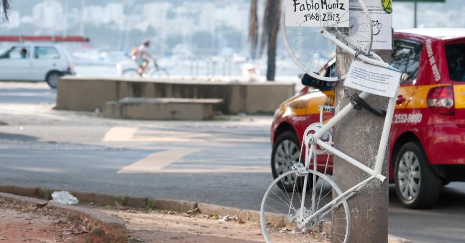 22.mai.2013 - Ativistas do grupo Ghost Bikes (bicicletas fantasma, sigla em inglês) deixam bicicleta pintada de branco na praia de Botafogo, nesta quarta-feira (22). O ciclista Fabio Muniz morreu no local em fevereiro de 2013. Na terça- feira (21) mais um acidente com ciclista foi registrado no Rio de Janeiro, dessa vez no bairro do Flamengo