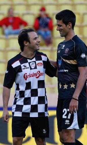 22.mai.2013 - Felipe Massa e Novak Djokovic se cumprimentam durante amistoso beneficente em Mônaco